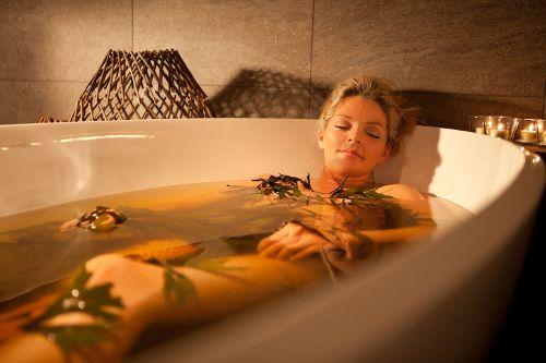 дівчина лежить у ванні з водою