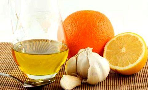 лимон і часник на білому тлі